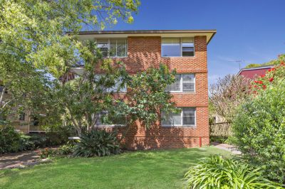 Well presented spacious ground floor apartment in leafy setting