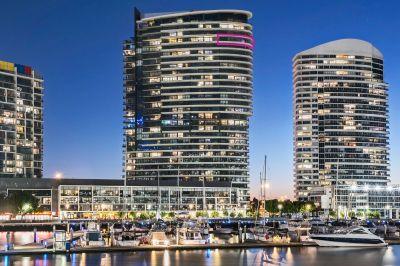 Sub-penthouse guaranteeing renovated luxury and stellar views