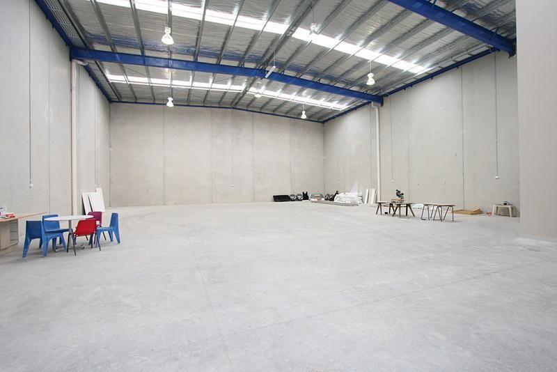 AS-NEW OFFICE /  WAREHOUSE WITH 9m* CLEARANCE