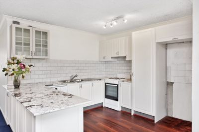 Two bedroom apartment with brand new kitchen !