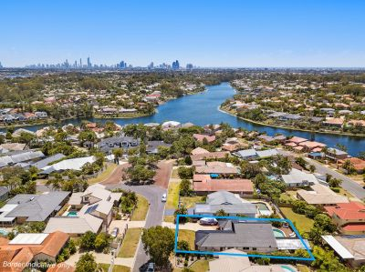 Robina Quays Family Home with Swimming Pool