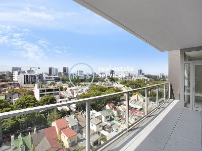 Top floor three bedroom apartment with City views
