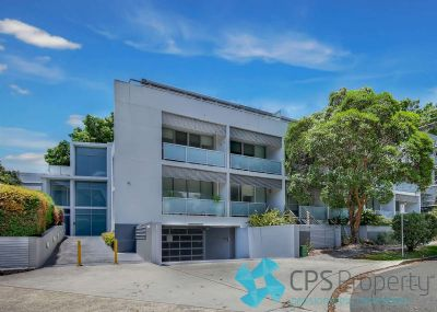 PRIVATE EXECUTIVE RESIDENCE IN POPULAR 'FIGTREE APARTMENTS' COMPLEX