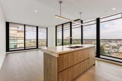 ARE YOU LOOKING FOR A LIFESTYLE CHANGE?  This apartment will make you the envy of all your friends with it's panoramic views.