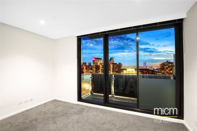 Melbourne One: Stunning Studio Apartment High Up On The 27th Floor!