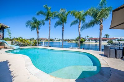 Family Waterfront Oasis 700m to the Beach