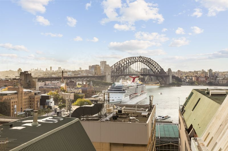 Spectacular views of the Sydney Harbour bridge. Available now