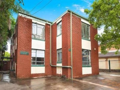Bright and Sunny Top Floor 2Bedder - Move In and Enjoy!