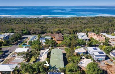 Central Townhouse Metres From The Beach