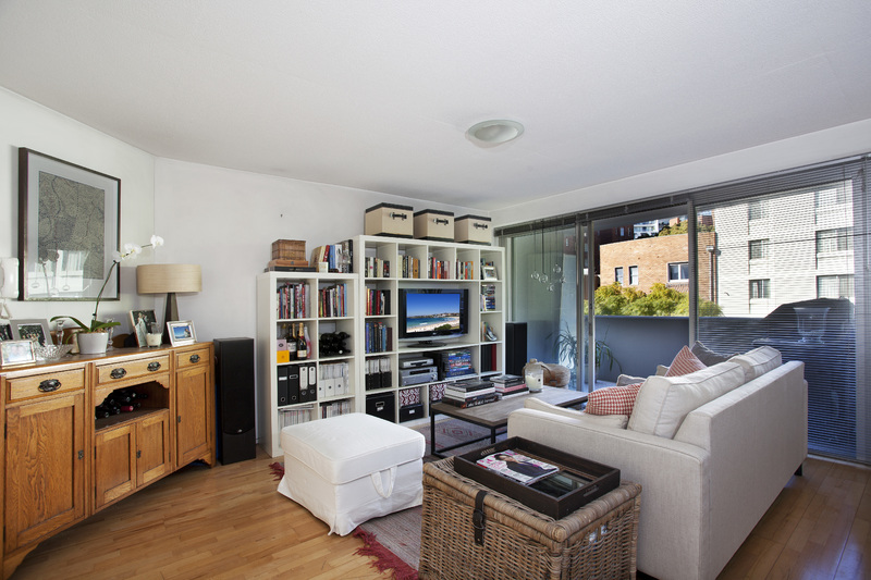 LARGE & BRIGHT 1 BEDROOM APARTMENT