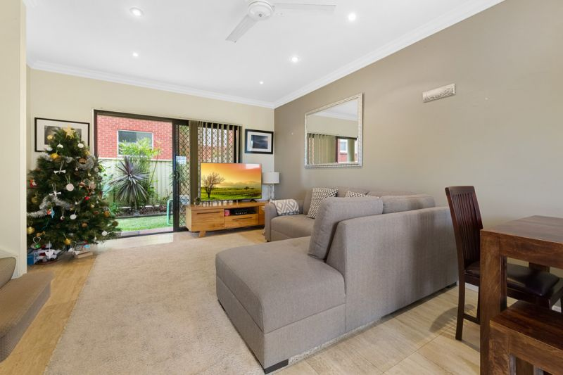 Beach Side Townhouse with Garden & Parking