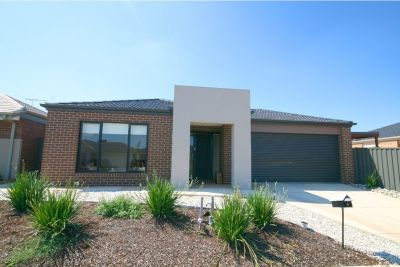 Modern & spacious 4 bedroom family home in Manor Lakes!