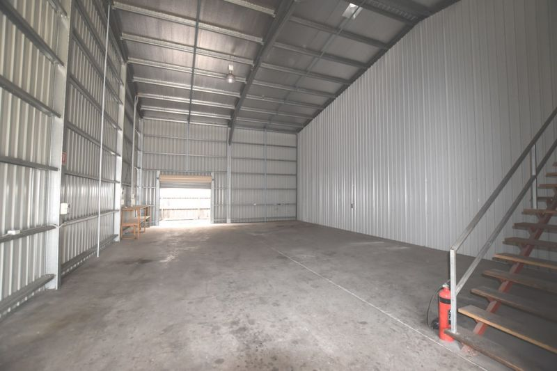 :: FULLY SELF CONTAINED WAREHOUSE - IDEAL LOCATION  (6 IMAGES)