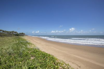 ENORMOUS 6 BEDROOMS + 3 BATHROOMS + 3 LIVING – JUST 50M TO SANDY BEACH!!