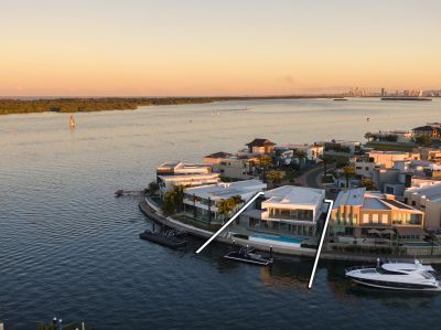 North Facing Point Position Masterpiece on the Protected Broadwater with 26m* Waterfrontage