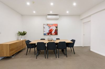 Comfort and convenience in large stylish coastal apartment