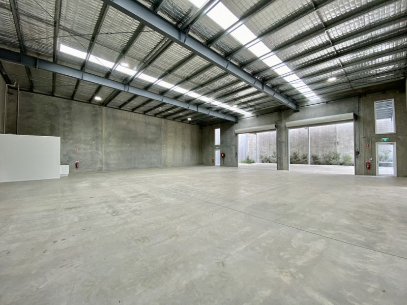New High Clearance Warehouse With Multiple Roller Doors