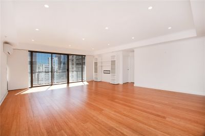 Spacious Three Bedroom Apartment in the Heart of Melbourne!