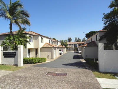 IMMACULATE TOWNHOUSE IN A SMALL COMPLEX