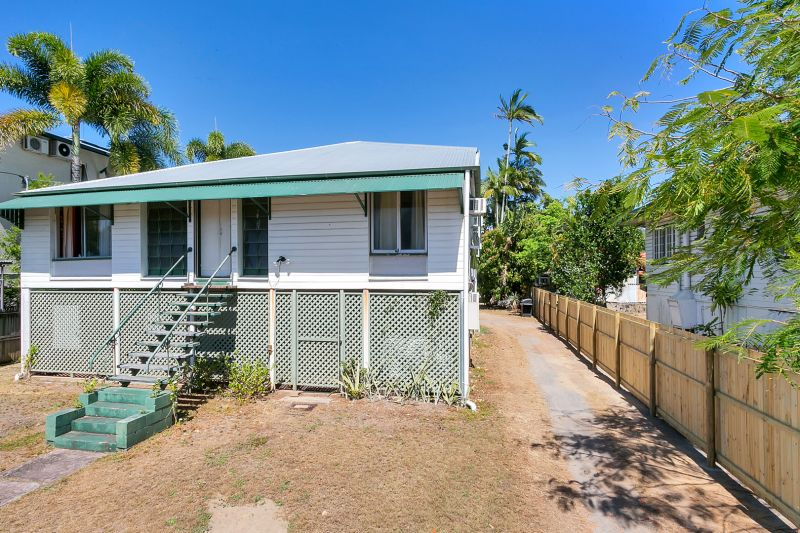 A Rare Find  - 10 brm Queenslander on 1012m2 block