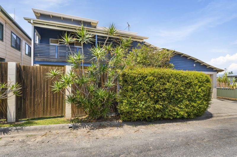 Make yourself at home at Main Beach, a luxurious family sized holiday property superbly located less than 200m flat walk to protected Woolgoolga Beach