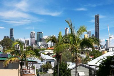 Large Queenslander with 4 Car Spaces, Solar & Much More!