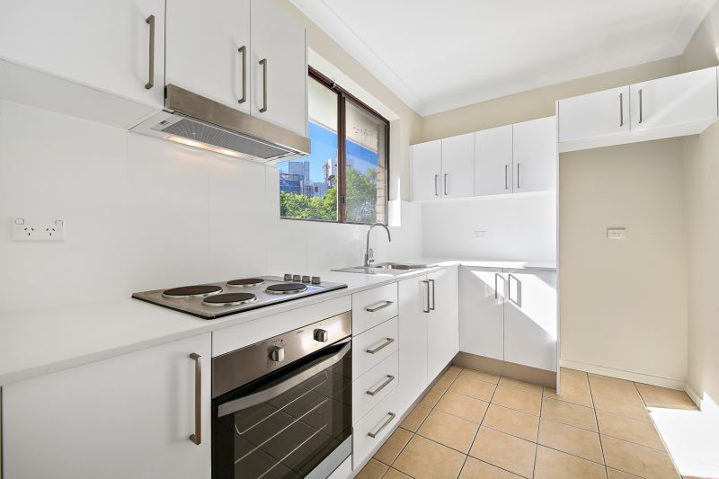 NICELY PRESENTED 2 BEDROOM APARTMENT WITH LOCK UP GARAGE