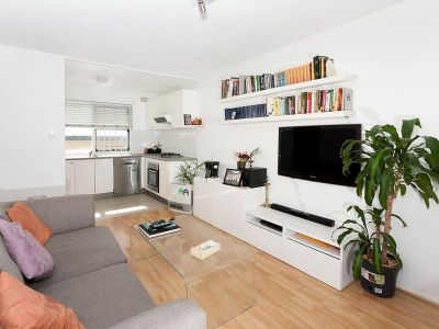 Boutique Apartment with Parking - A Stroll to Queens Park