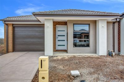 FIRST CLASS TENANT WANTED! Stunning Family Home in Point Cook!