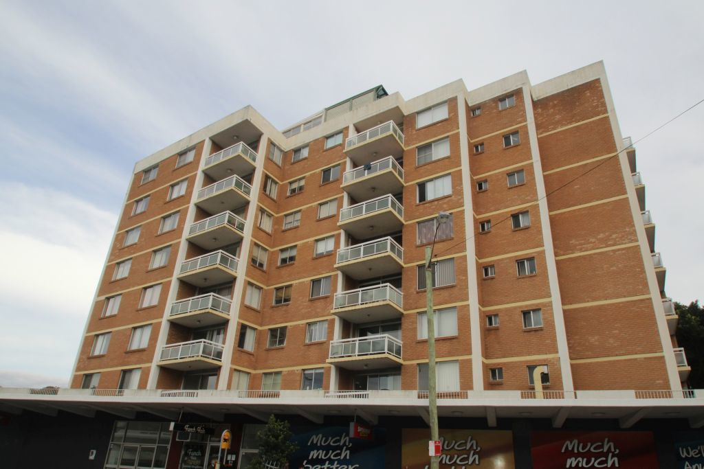 SPACIOUS TWO BEDROOM APARTMENT RIGHT IN THE HEART OF BONDI JUNCTION.