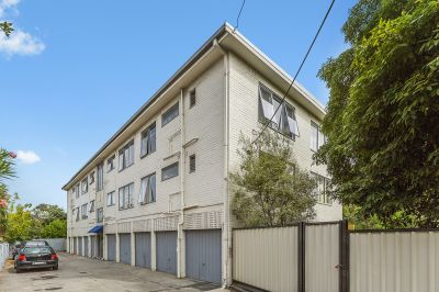 Fresh & Bright 2 Bedroom Apartment Featuring Garage, Separate Laundry & A Brilliant Location