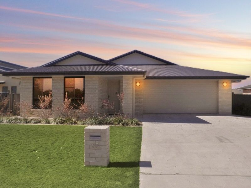 3 Bay Shed with Exceptional Side Access – Is this your new Family Home?
