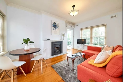 HUGE SERVICE 1 BED APT✦ALL INCLUDED✦FULLY FURNISHED✦UNLIMITED WiFi✦NEWLY RENOVATED✦VICTORIAN STYLE✦15 MIN from CHAPEL St✦Tram to CBD Downstairs✦PARKIN