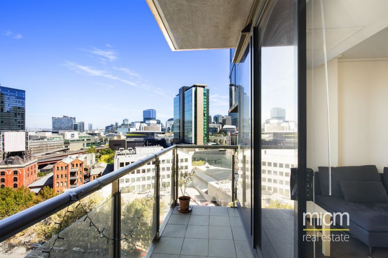 Light-Filled Open Living From the Superb City Tower!