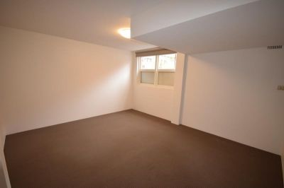 TWO WEEKS FREE RENT.  Room To Let/Men Only