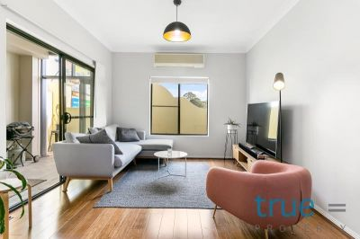 = HOLDING DEPOSIT RECEIVED =  MODERN AND PERFECTLY LOCATED EXECUTIVE APARTMENT
