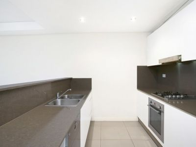 Spacious Contemporary 1 Bedroom with Study Apartment