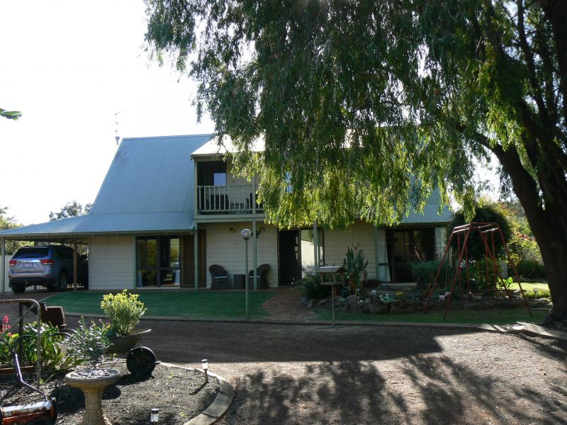 CEDAR WOOD COTTAGE MINUTES FROM TOWN!