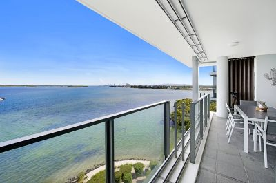 Top-Level Apartment With Incredible Views Over Broadwater to Surfers Paradise