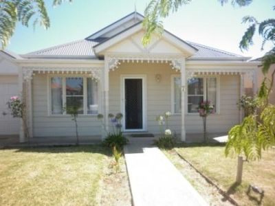 Gorgeous Cottage style home in Point Cook- Freeway access