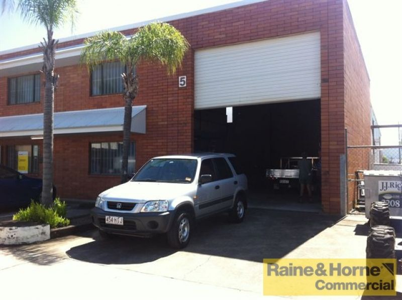 Small Industrial Unit with Four Parking Bays