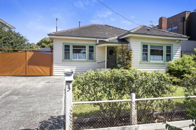 Charming 3 bedroom home opposite a park!