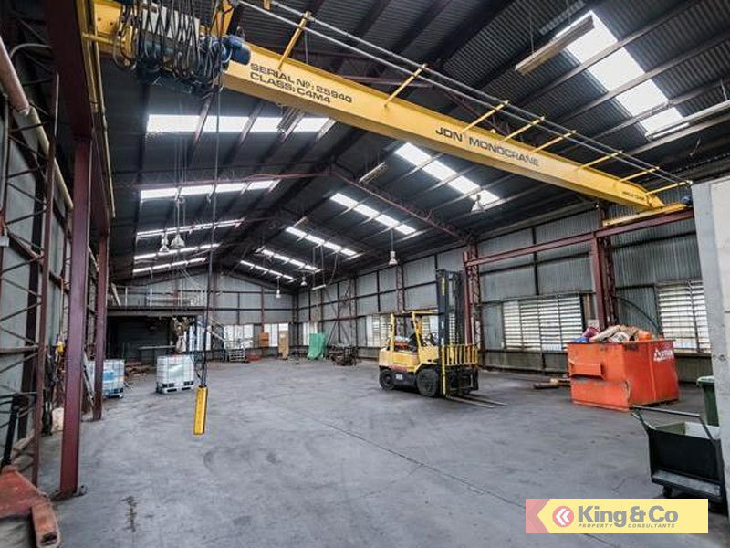 FUNCTIONAL WAREHOUSE - FEATURES CRANE