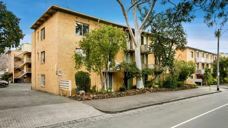 FULLY FURNISHED Ground Floor Apartment Close to all Local Amenities and CBD!