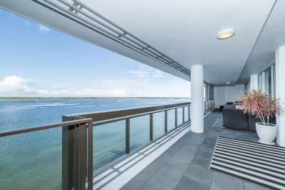 Stunning Sprawling Skyhome with Incredible Broadwater Views