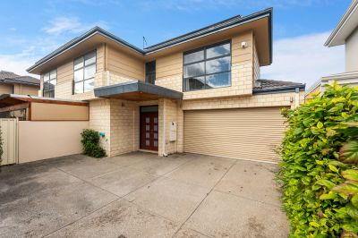 FUNKY AND STYLISH TOWNHOUSE IN TOP END LOCATION!