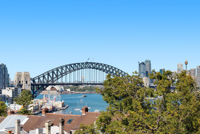 Sunny one bedroom apartment with harbour bridge views