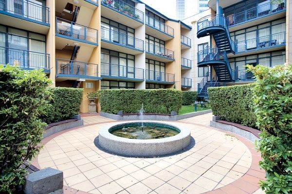 City Gate: Fully Furnished Three Bedroom Apartment in the Heart of Melbourne