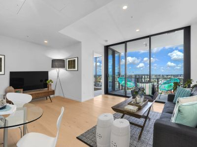 23rd Floor - Incredible Views, Sunbeds Overlooking the City, Gym & Yoga Facilities... Must See!
