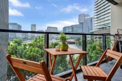 Fully-furnished 1 bedroom apartment with Yarra River & CBD Views